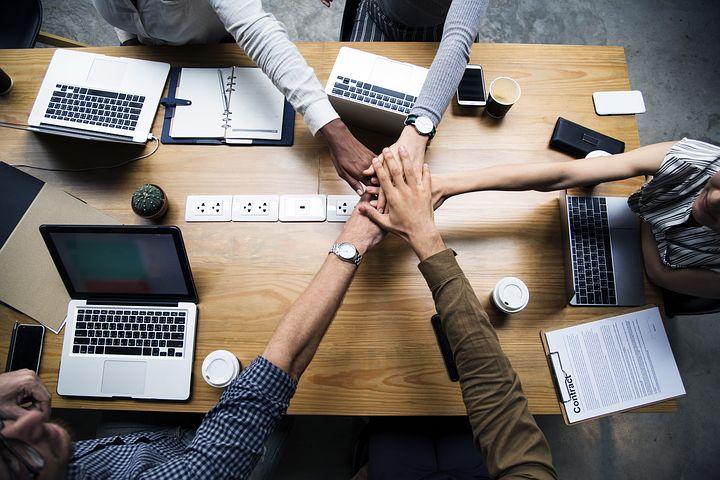 zespół księgowych w biurze pracujący na komputerach, biuro księgowe Justyna Kossowska, księgowość warszawa